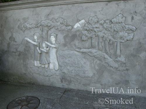 Шаргород, костел, руки из стены