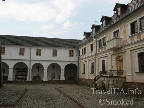 монастырский двор, Унив, Унивская Лавра, монастырь