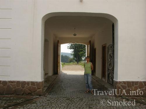 Унив, Унивская Лавра, монастырь, ворота