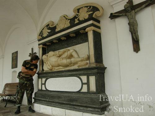 Унив, Унивская Лавра, монастырь, надгробие