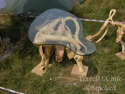 Свирж-2009, выставка, стол из дерева и стекла