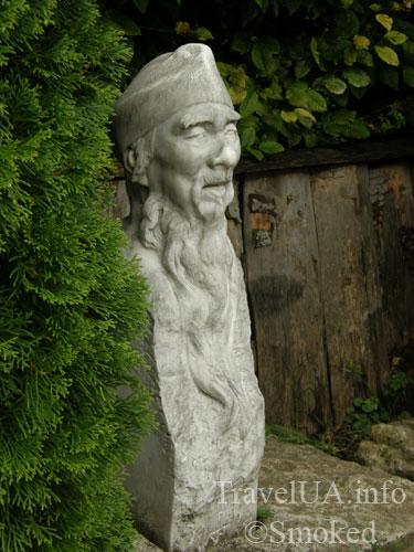 Золочев, статуя китайца