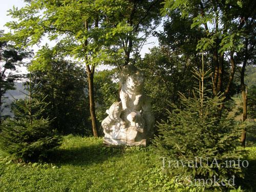 Плиснецк, Подгорцы, монастырь, статуя медведя