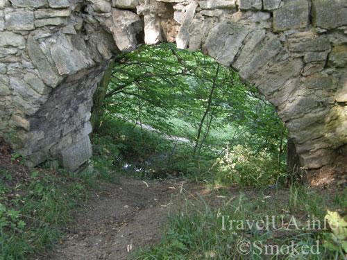 Подгорцы, арка в парке, каменная арка