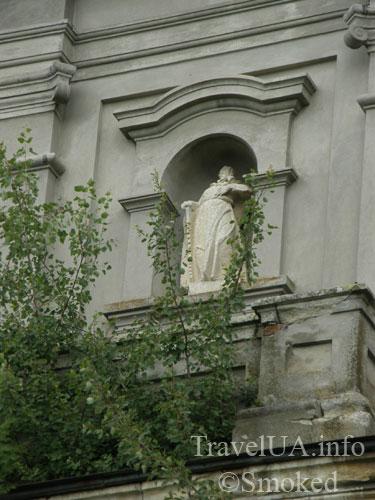 statuya-v-zeleni