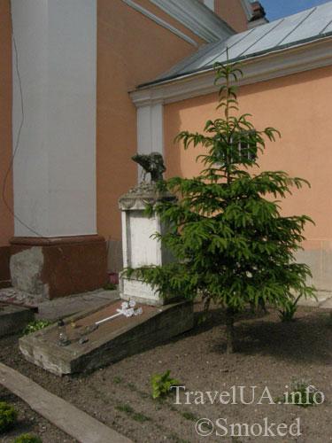 Корец, костел, святой Антоний, могила